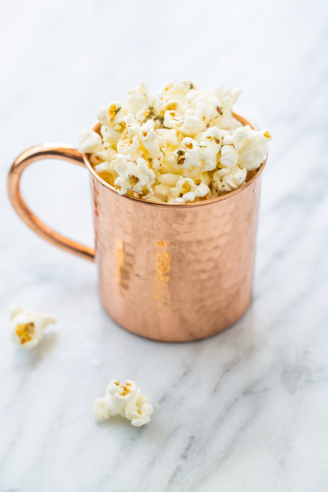 Low FODMAP Pizza Popcorn in a copper mug