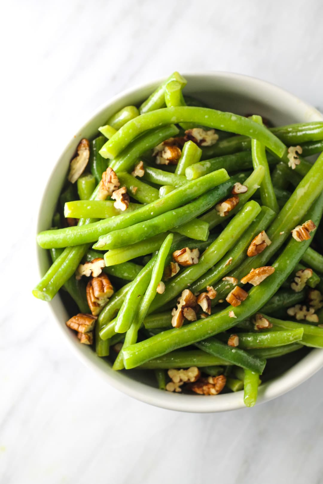 Bowl of low FODMAP green beans with pecans