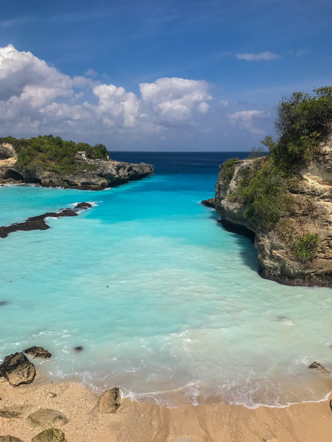 A bright blue lagoon in Ceningan near Lembongan